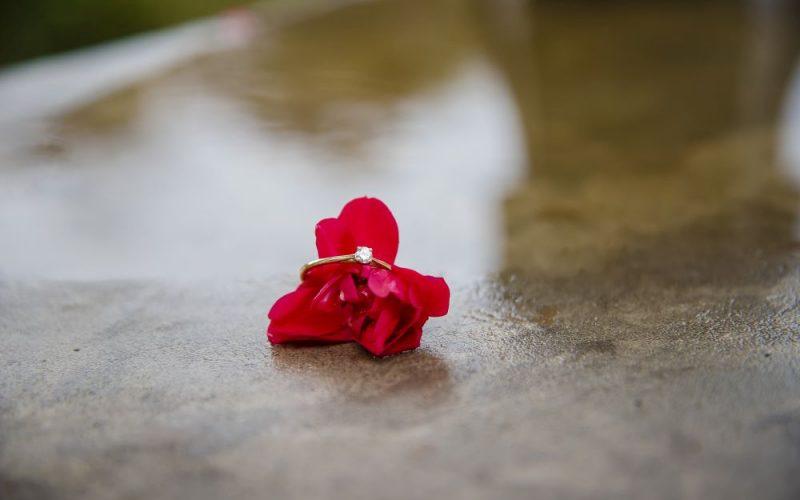 pierścionek zaręczynowy w deszczu