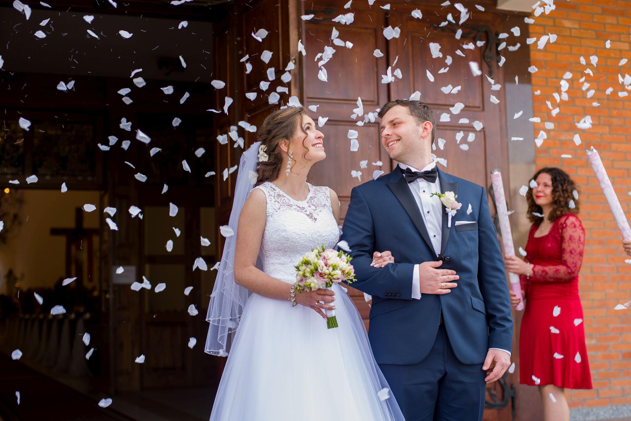 zdjęcia ślubne prze kościołem