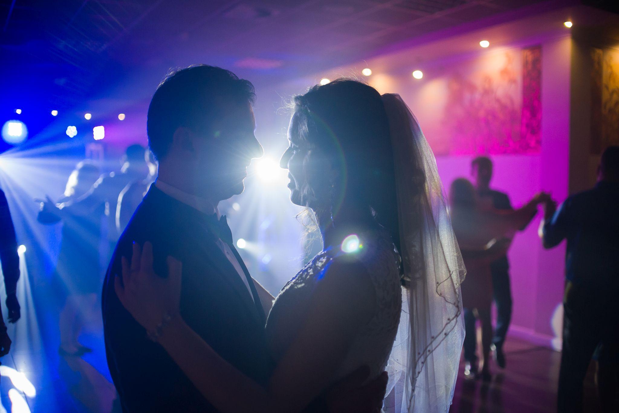 fotografia ślubna państwa młodych w tańcu