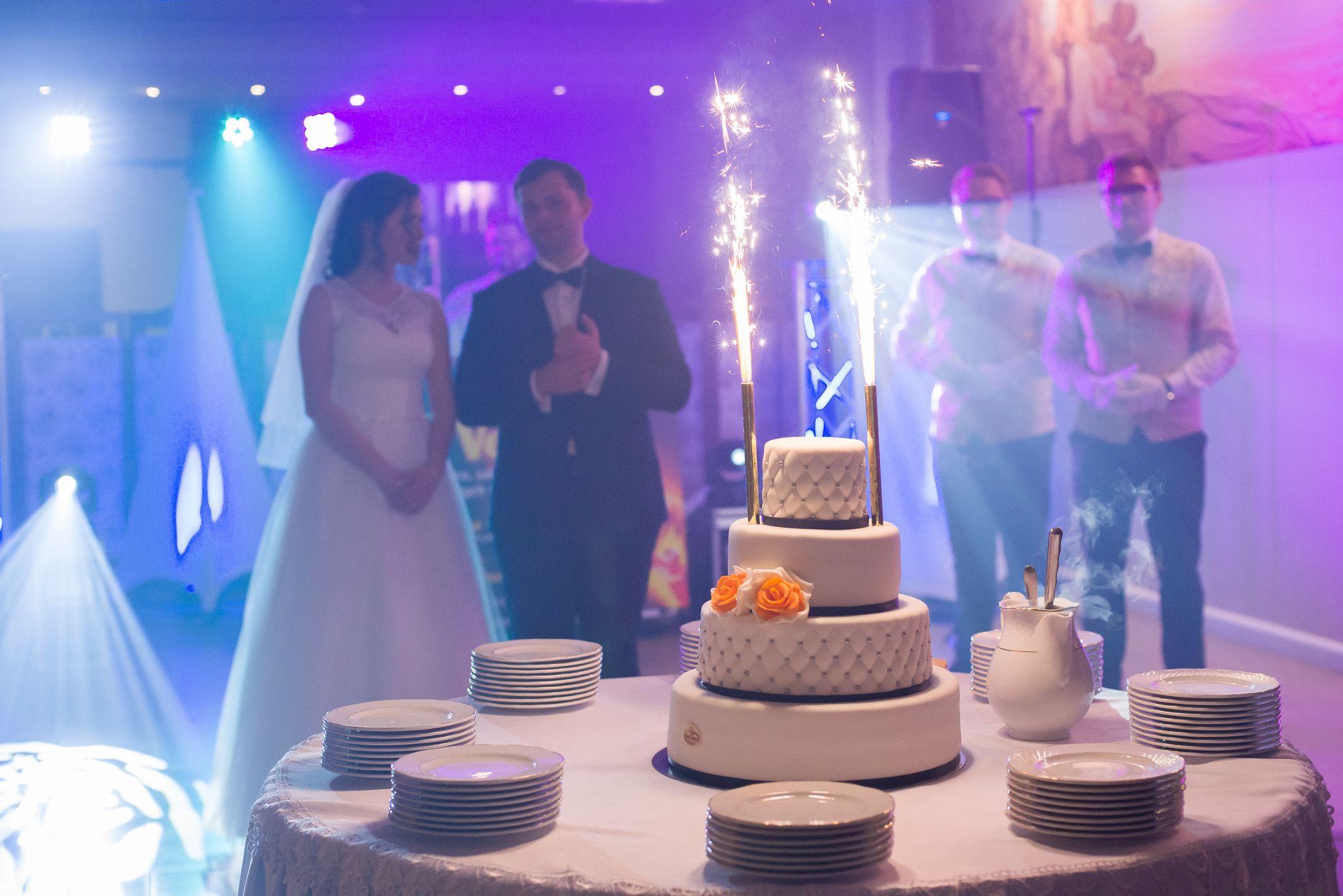 zdjęcia ślubne weselnego tortu