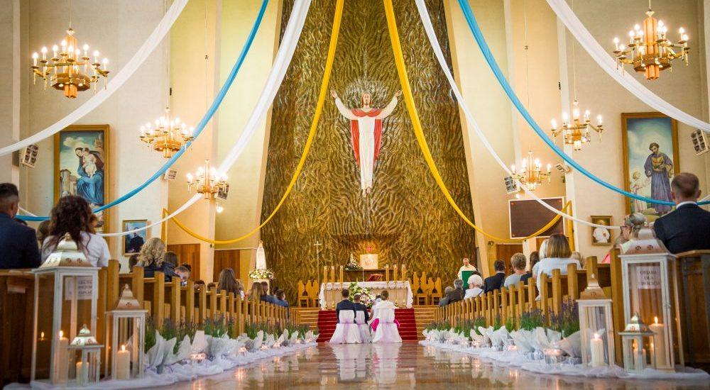 kościół w trakcie ślubu