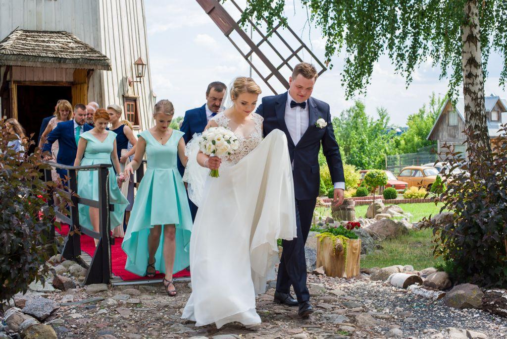 zdjęcia ślubne w Broku przy wiatraku