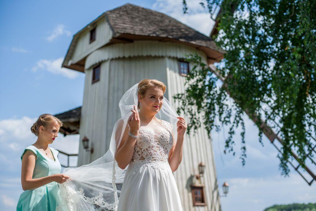 zdjęcia ślubne przy wiatraku Brok