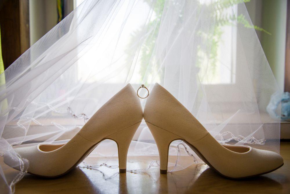 buty ślubne i pierścionek