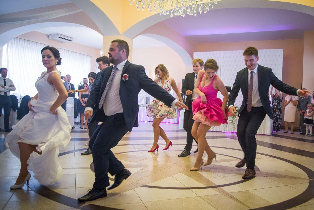 pierwszy taniec razem ze znajomymi