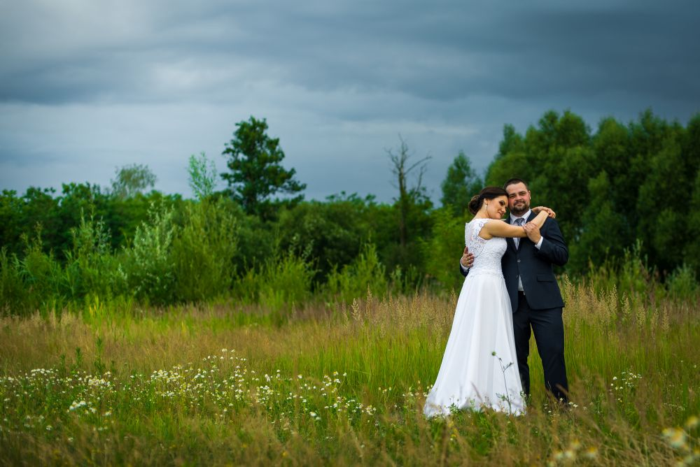 na łące w dniu ślubu zdjęcia