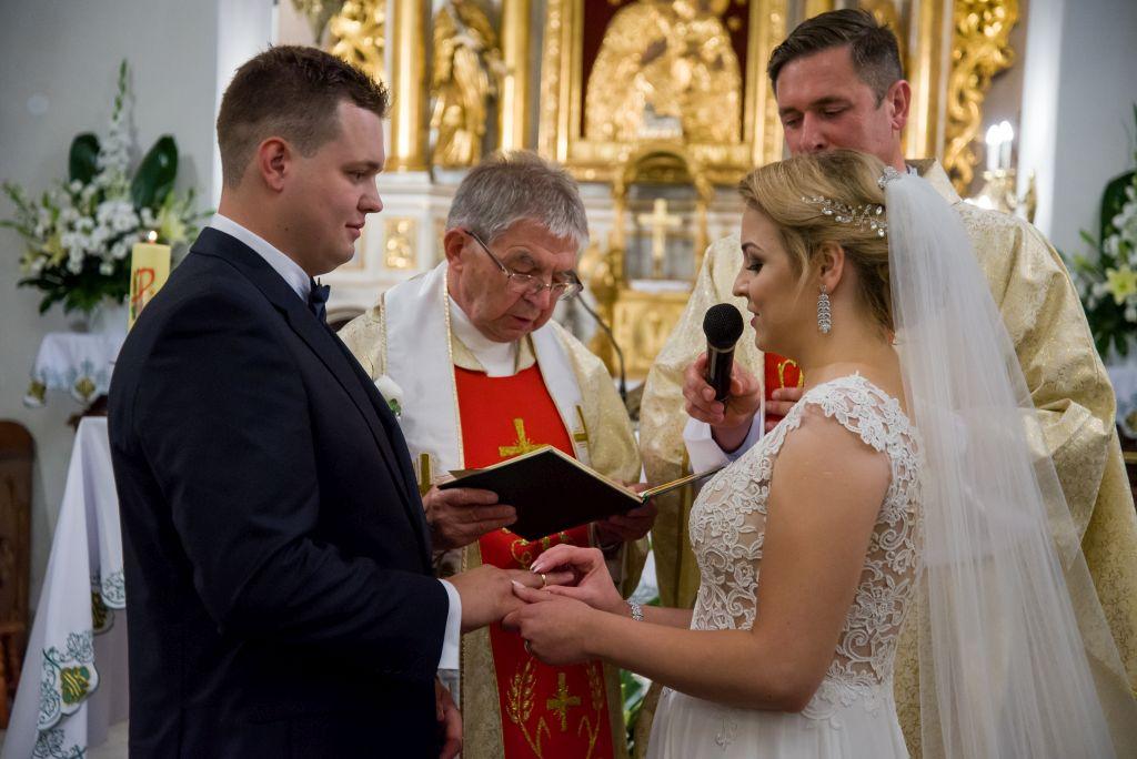 zdjęcia ślubne z przysięgi małżeńskiej