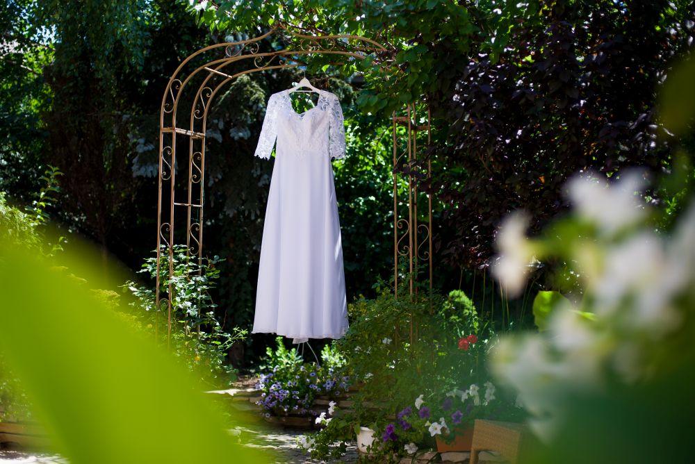 suknia ślubna na przygotowaniach