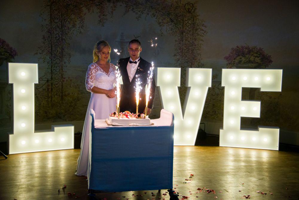 tort ślubny w willi estera