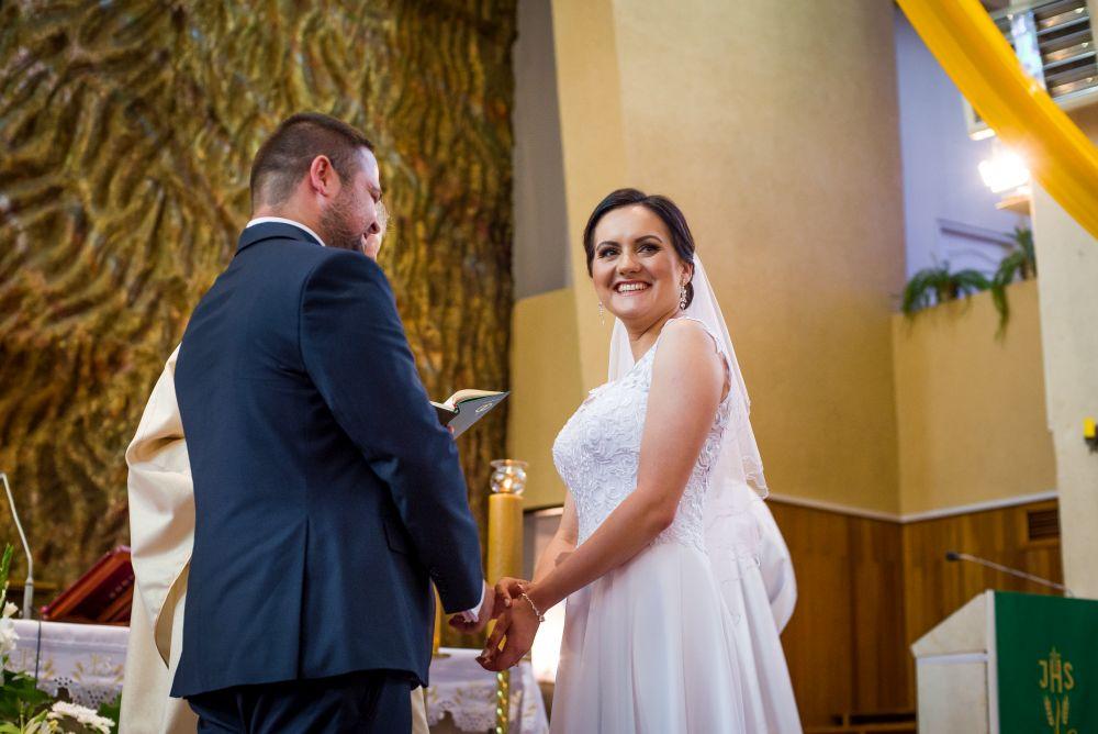 zdjęcia ślubne w kościele w Wołominie
