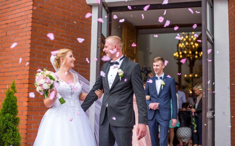para młoda przed kościołem zdjęcia ślubne warszawa