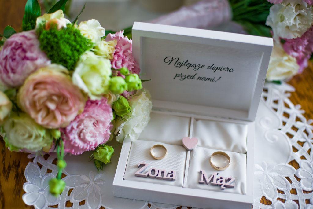 obrączki w pudełku mąż żona