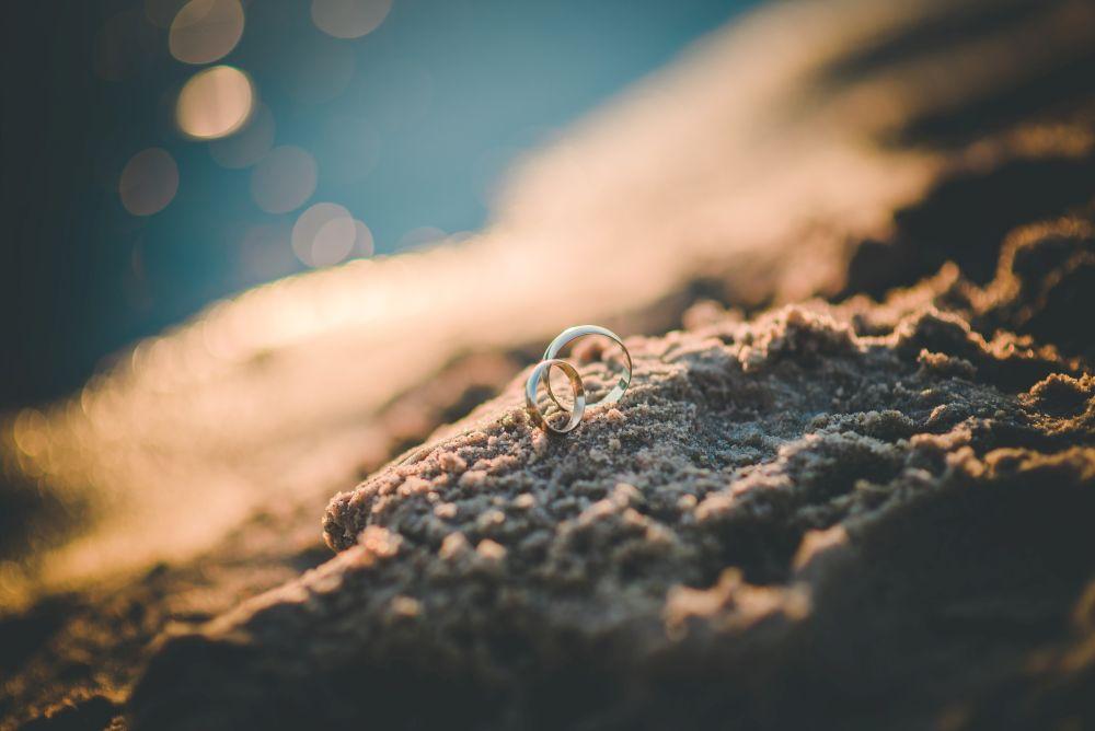 obrączki ślubna plener na piasku