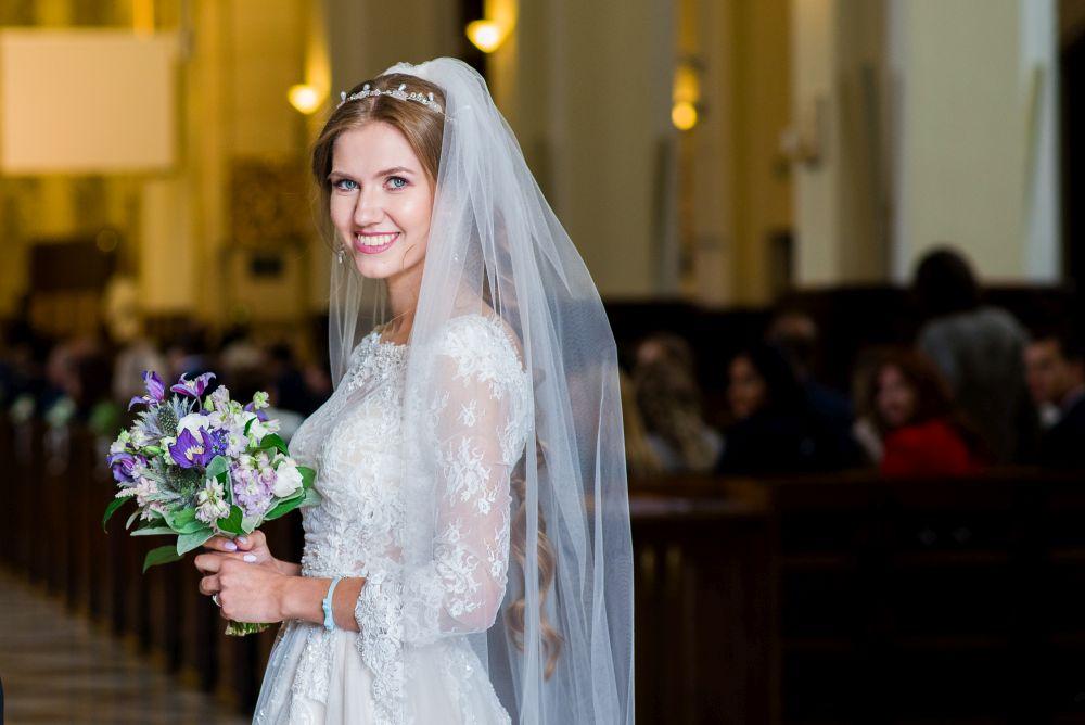 pani młoda przed kościołem fotografia ślubna warszawa