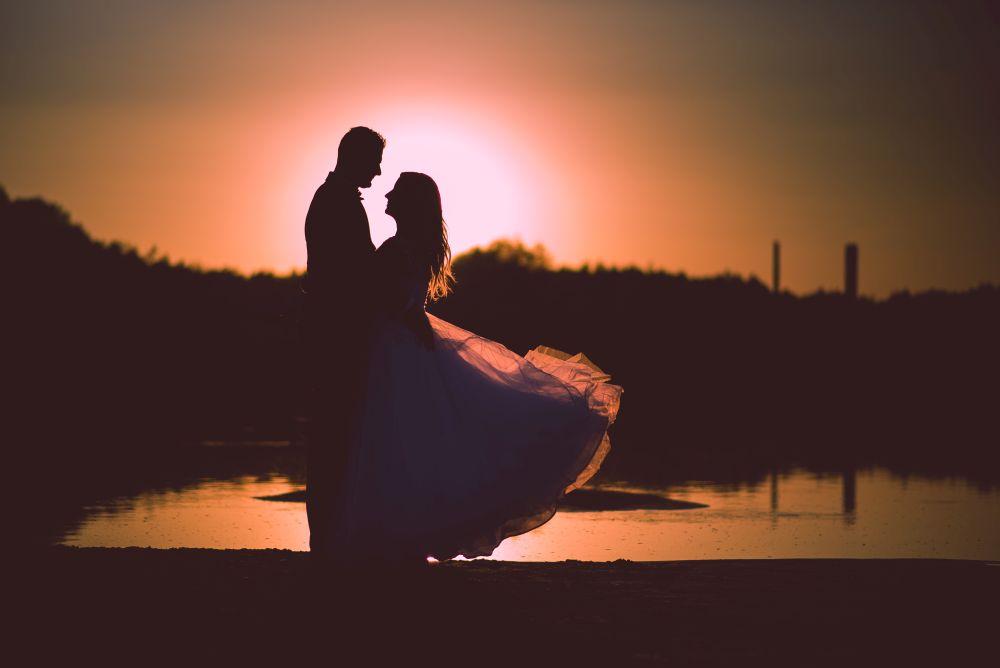 plener ślubny wieczorem nad wisłą w warszawie