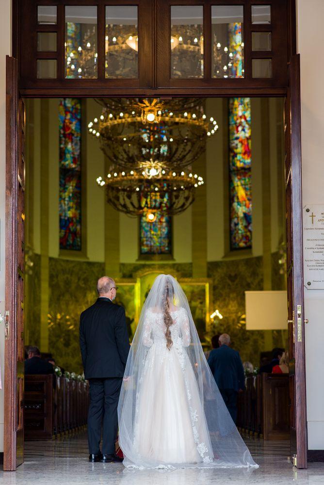 przed kościółem zdjęcia ślubne