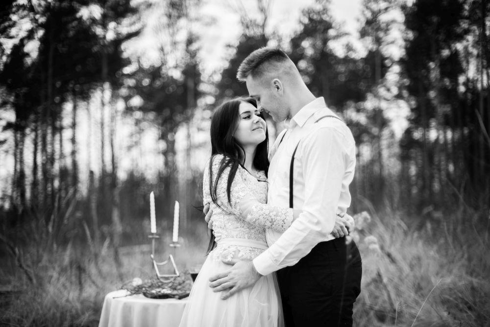 czarno białe zdjęcia z sesji ślubnej