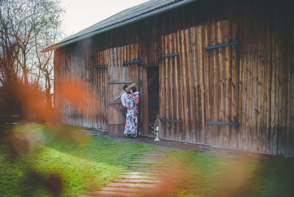 sesja narzeczeńska zdjęcia w drewnianej stodole koło Warszawy