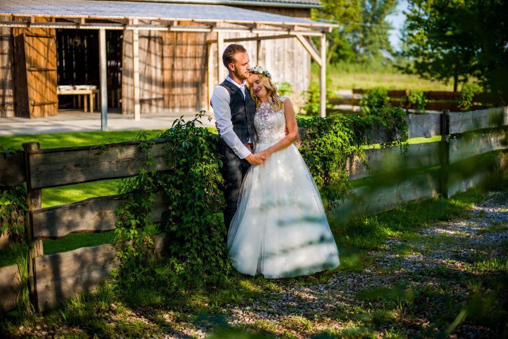 ślubny plener w stodole