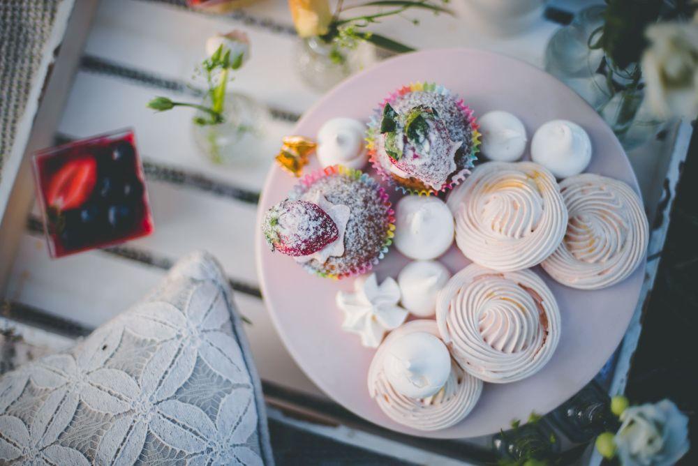 słodycze na stołach ślubnych