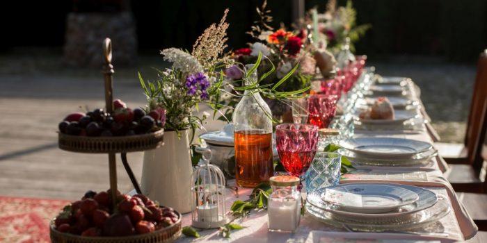 dekoracje na stolach weselnych
