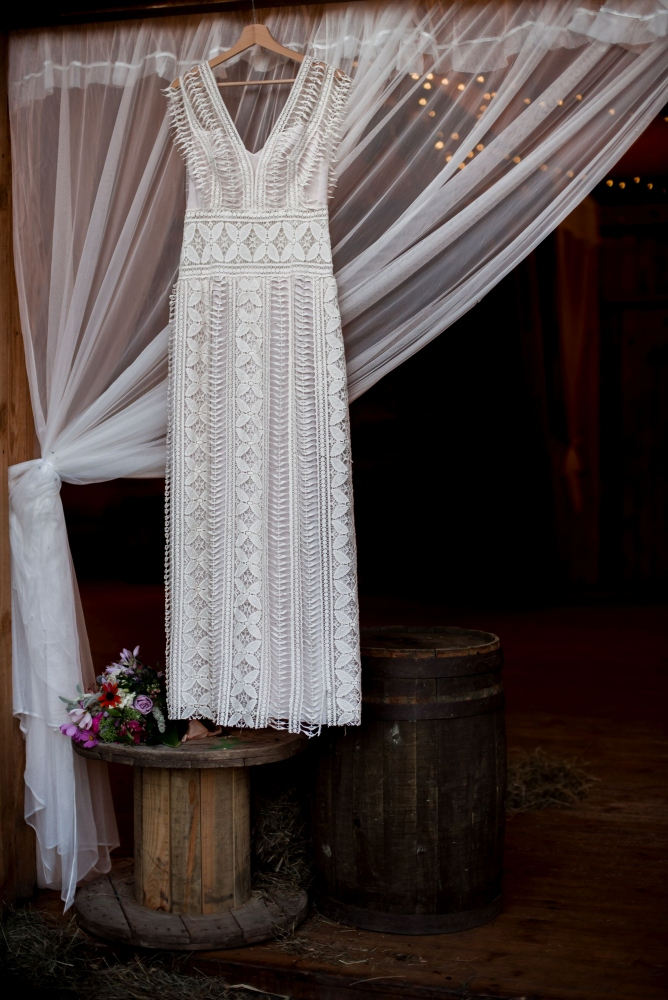 wesele w stodole suknia dla panny mlodej