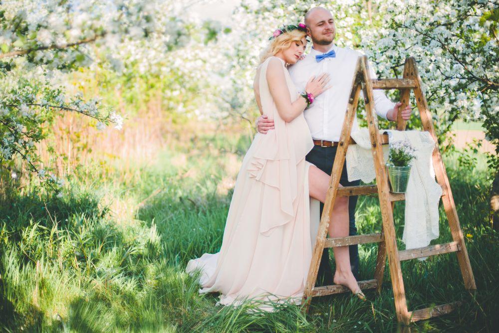 Zdjęcie młodej pary w plenerze