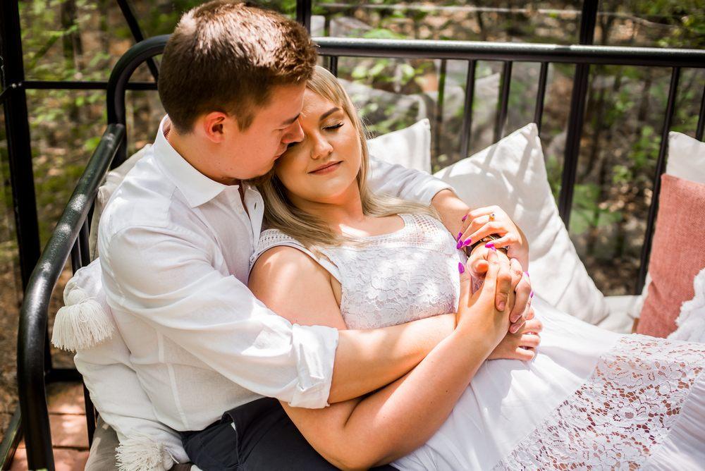 Para zakochanych podczas narzeczeńskiej sesji zdjęciowej